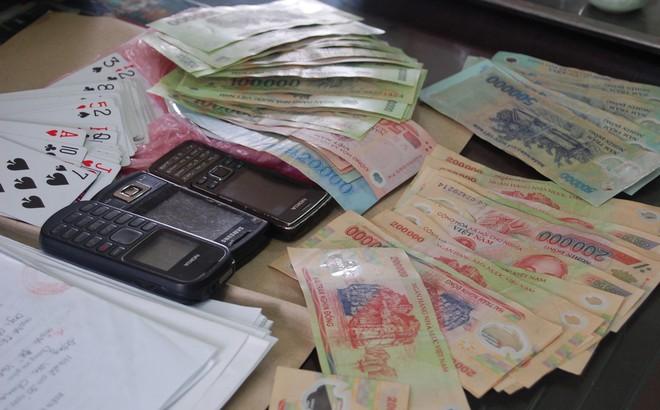 """Cảnh sát bắt quả tang nhóm """"quý bà"""" ở Vĩnh Long đánh bạc"""