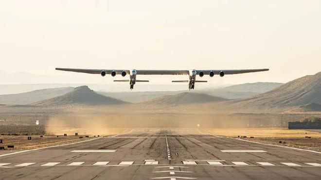 Máy bay lớn nhất thế giới thực hiện thành công chuyến bay đầu tiên - Ảnh 1.