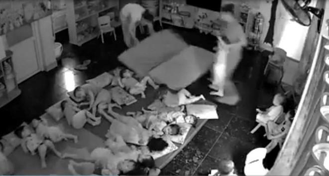 Đình chỉ cơ sở mầm non cầm tay quăng trẻ xuống nệm bắt đi ngủ - Ảnh 1.