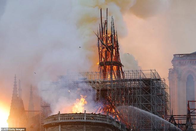 Cháy lớn kinh hoàng ở Nhà thờ Đức Bà Paris: Sập đỉnh tháp, phần lớn mái bị thiêu rụi - Ảnh 4.
