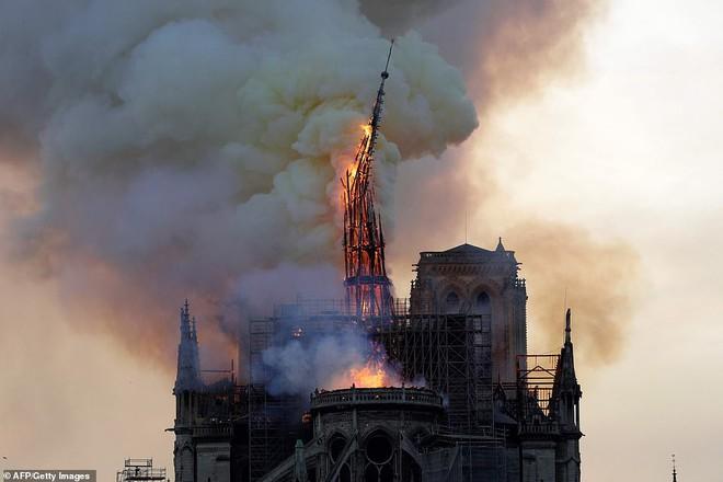 Cháy lớn kinh hoàng ở Nhà thờ Đức Bà Paris: Sập đỉnh tháp, phần lớn mái bị thiêu rụi - Ảnh 6.