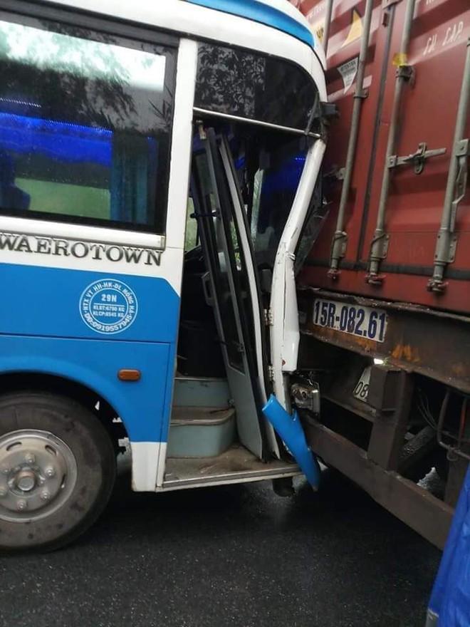 Xe khách mất phanh, tài xế nhanh trí... tông vào đuôi xe container để thoát nạn - Ảnh 2.