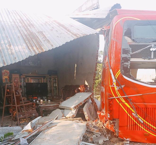 Xe khách đang leo dốc bất ngờ tụt lùi tông sập nhà dân lúc 5 người đang ngủ say - Ảnh 1.