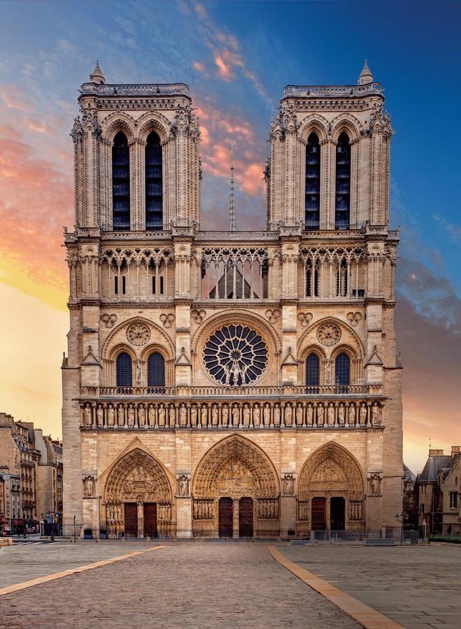 Hai tòa tháp vuông mang đậm phong cách kiến trúc Gothic nằm sừng sững giữa dòng sông Seine như thách thức thời gian sau gần một nghìn năm tồn tại. Nguồn: TOMAS SEREDA/GETTY IMAGES