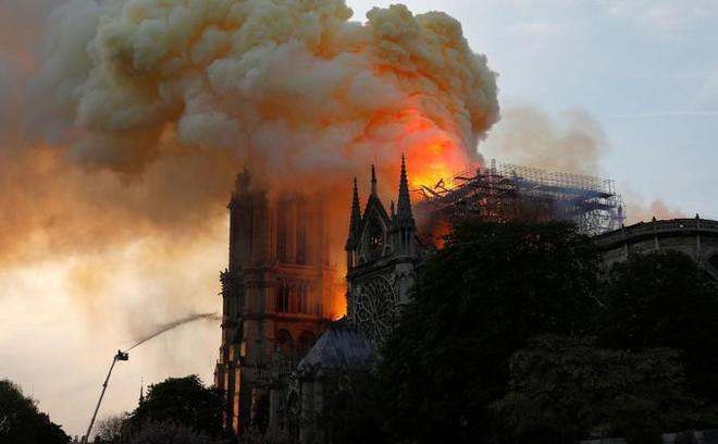 Pháp có biển lửa, thì Mỹ có bão Twitter: TT Trump bị chỉ trích dữ dội mỗi lần phát biểu về Nhà thờ Đức Bà Paris - ảnh 6