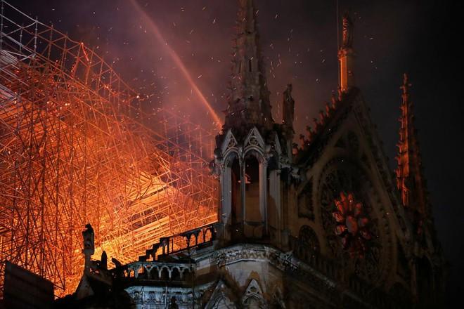 Loạt ảnh kinh hoàng về vụ hỏa hoạn lịch sử tại nhà thờ Đức Bà: Lửa như thổi bùng lên từ địa ngục - Ảnh 1.