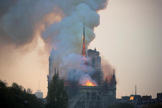 Loạt ảnh kinh hoàng về vụ hỏa hoạn lịch sử tại nhà thờ Đức Bà: Lửa như thổi bùng lên từ địa ngục - Ảnh 2.