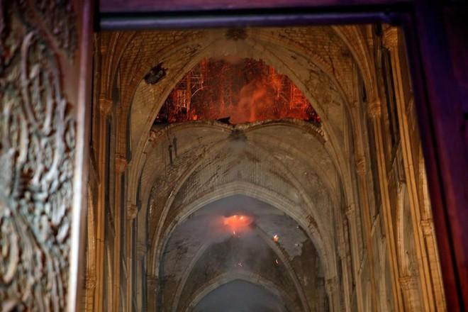 Loạt ảnh kinh hoàng về vụ hỏa hoạn lịch sử tại nhà thờ Đức Bà: Lửa như thổi bùng lên từ địa ngục - Ảnh 3.