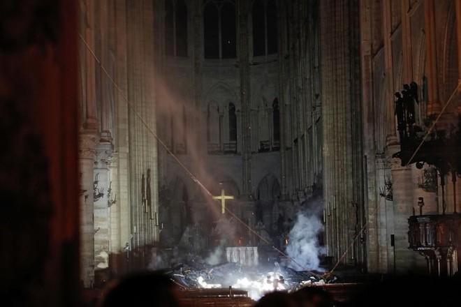Loạt ảnh kinh hoàng về vụ hỏa hoạn lịch sử tại nhà thờ Đức Bà: Lửa như thổi bùng lên từ địa ngục - Ảnh 4.
