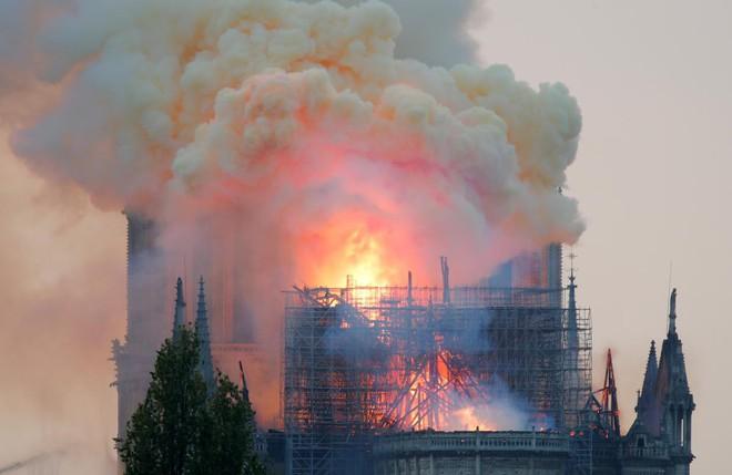 Loạt ảnh kinh hoàng về vụ hỏa hoạn lịch sử tại nhà thờ Đức Bà: Lửa như thổi bùng lên từ địa ngục - Ảnh 6.