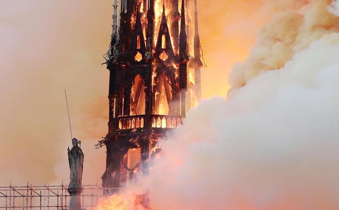 """Loạt ảnh kinh hoàng về vụ hỏa hoạn lịch sử tại nhà thờ Đức Bà: Lửa như thổi bùng lên từ """"địa ngục"""""""