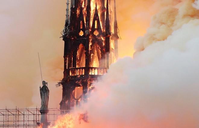 Loạt ảnh kinh hoàng về vụ hỏa hoạn lịch sử tại nhà thờ Đức Bà: Lửa như thổi bùng lên từ địa ngục - Ảnh 7.