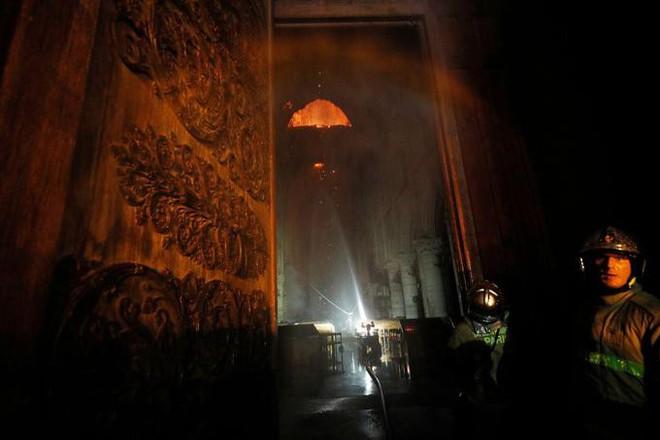 Pháp có biển lửa, thì Mỹ có bão Twitter: TT Trump bị chỉ trích dữ dội mỗi lần phát biểu về Nhà thờ Đức Bà Paris - ảnh 8