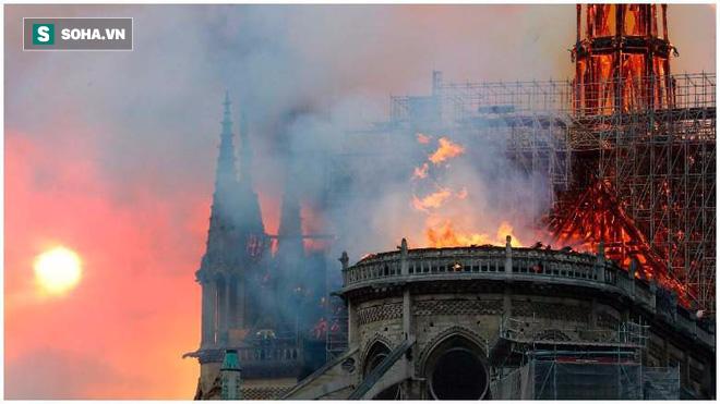 Những bảo vật vô giá của Nhà thờ Đức Bà may mắn sống sót qua vụ cháy chấn động thế giới - ảnh 1