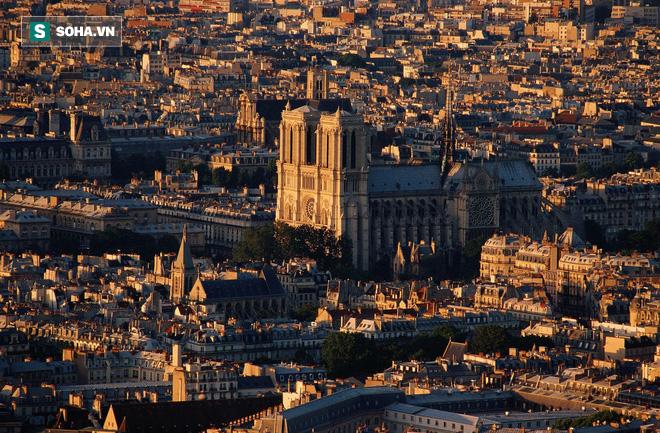 Nhà thờ Đức Bà: Ngụ ý ẩn sau các bức tượng 'ác quỷ quan sát thành Paris' - ảnh 1