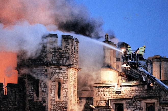 4 công trình lịch sử tại châu Âu từng bị quỷ lửa tấn công như Nhà thờ Đức Bà Paris - Ảnh 2.