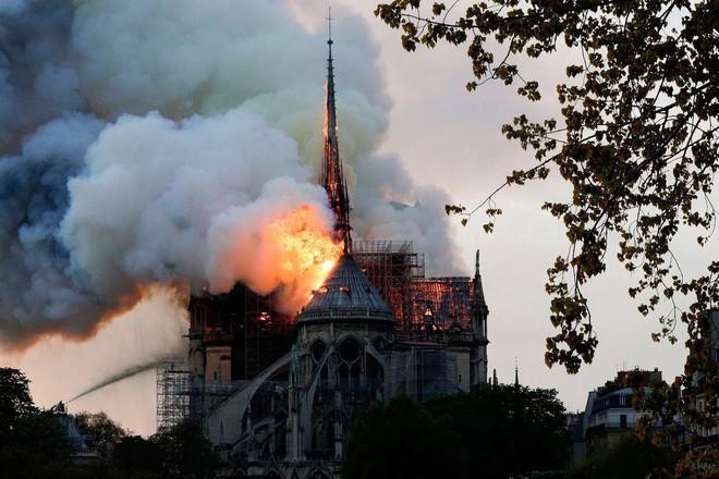 Nhà thờ Đức Bà Paris bị cháy vào tối ngày 15/4/2019
