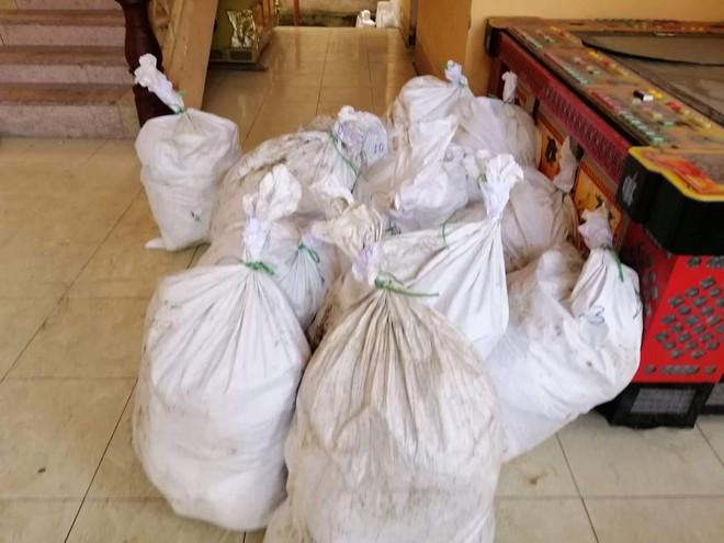 Vụ bắt giữ gần 1 tấn ma túy đá ở Nghệ An: Từ đống rác ven đường đến nhà kho toàn loa thùng - Ảnh 3.