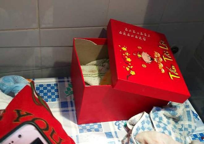Mang hộp đồ bị bỏ quên trước cổng vào nhà, cán bộ xã ngỡ ngàng vì bên trong là bé sơ sinh - Ảnh 2.