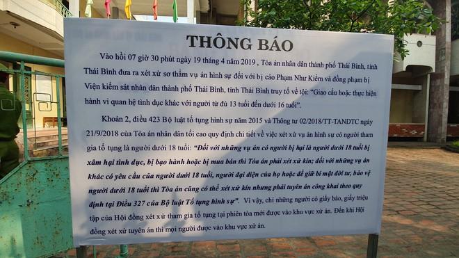Người dân đứng cổng TAND TP Thái Bình bàn tán về vụ dâm ô tập thể nữ sinh lớp 9 - Ảnh 1.