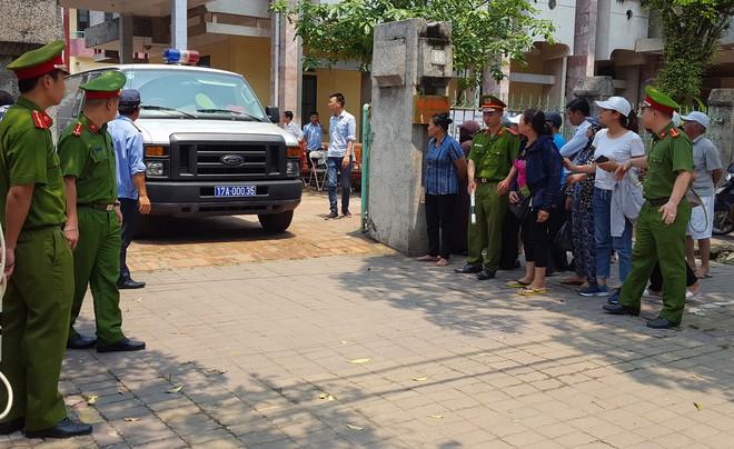 Người dân đứng cổng TAND TP Thái Bình bàn tán về vụ dâm ô tập thể nữ sinh lớp 9 - Ảnh 2.
