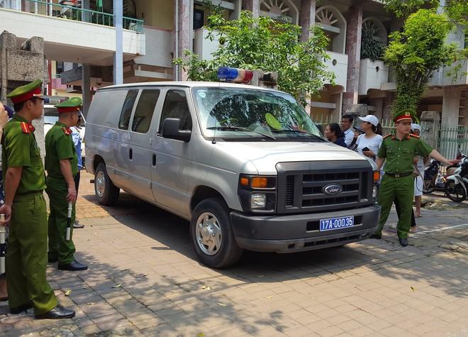 Người dân đứng cổng TAND TP Thái Bình bàn tán về vụ dâm ô tập thể nữ sinh lớp 9 - Ảnh 3.