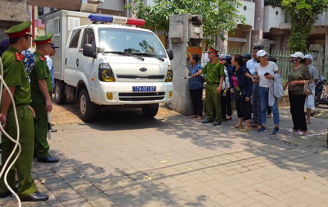 Người dân đứng cổng TAND TP Thái Bình bàn tán về vụ dâm ô tập thể nữ sinh lớp 9 - Ảnh 4.