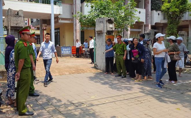 Người dân đứng cổng TAND TP Thái Bình bàn tán về vụ dâm ô tập thể nữ sinh lớp 9 - Ảnh 6.