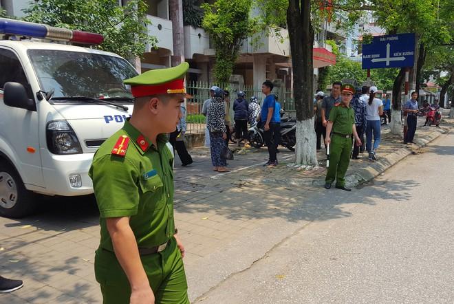 Người dân đứng cổng TAND TP Thái Bình bàn tán về vụ dâm ô tập thể nữ sinh lớp 9 - Ảnh 8.