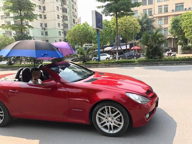 Đi Mercedes mui trần sang chảnh giữa cái nắng gần 40 độ, 2 thanh niên bật ô che tạm - ảnh 1