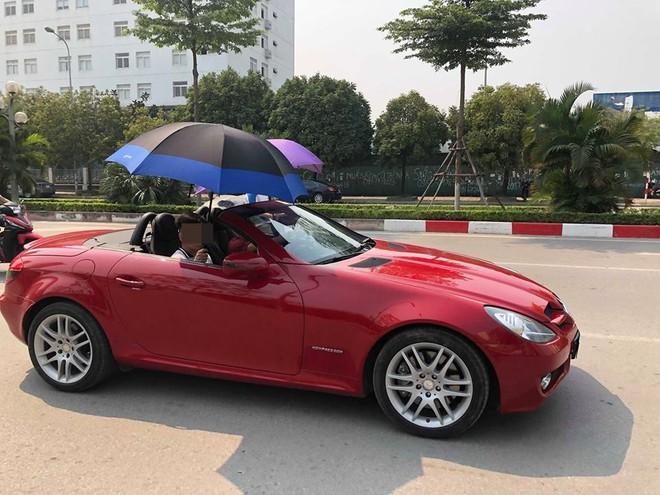 Đi Mercedes mui trần sang chảnh giữa cái nắng gần 40 độ, 2 thanh niên bật ô che tạm - ảnh 2