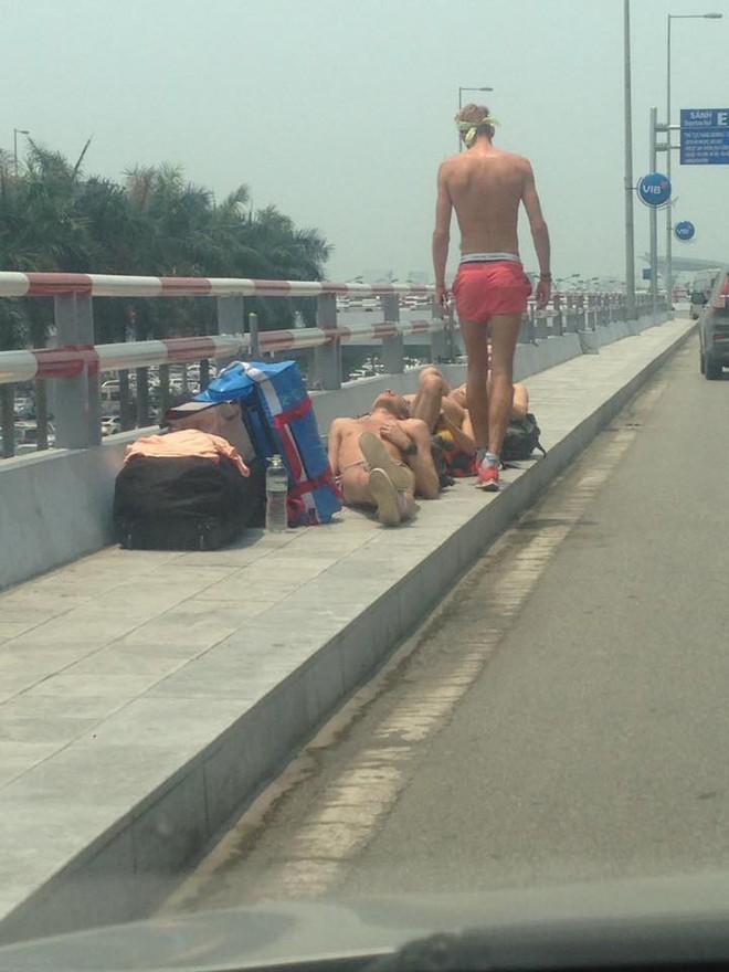 Nằm tắm nắng 40 độ ở sảnh sân bay Nội Bài, nhóm Tây ba lô gây tranh cãi trên MXH - Ảnh 2.