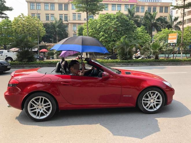 Đi Mercedes mui trần sang chảnh giữa cái nắng gần 40 độ, 2 thanh niên bật ô che tạm - ảnh 4