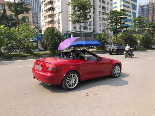 Đi Mercedes mui trần sang chảnh giữa cái nắng gần 40 độ, 2 thanh niên bật ô che tạm - ảnh 3
