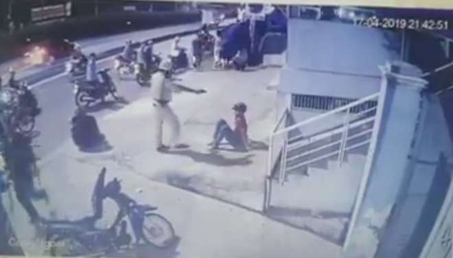 Xác minh clip CSGT chĩa súng, tung chân đá 2 người sau va chạm giao thông ở Sài Gòn - Ảnh 2.