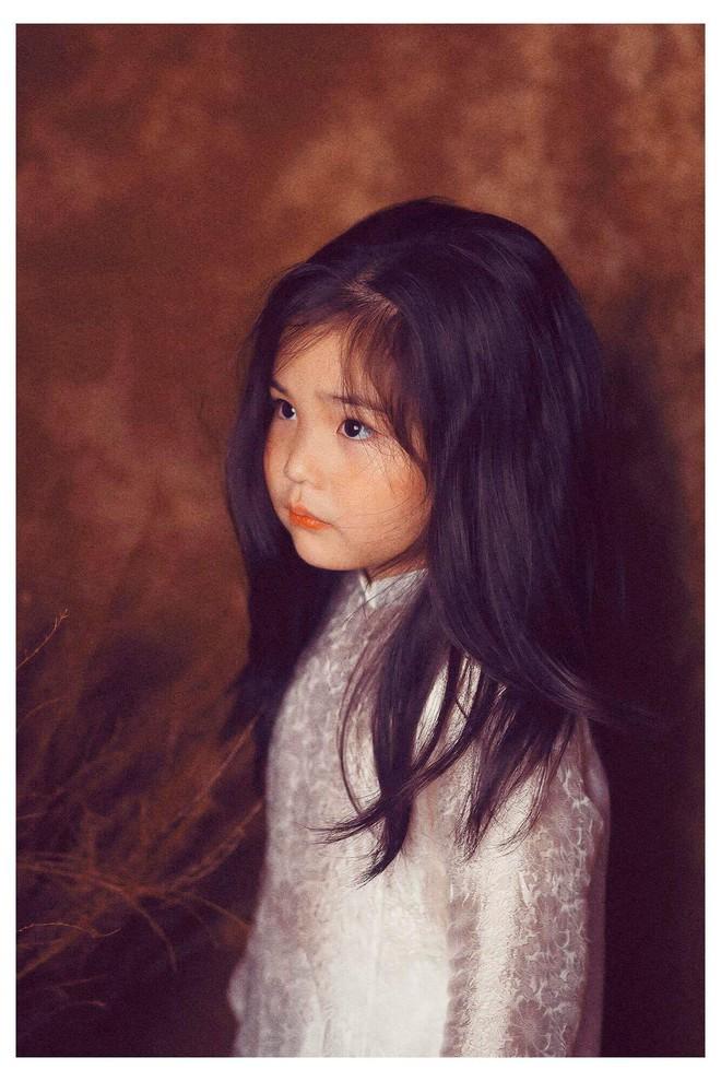Đưa con gái đi chụp hình theo bức tranh nổi tiếng, mẹ khóc dở mếu dở khi nhìn sản phẩm - Ảnh 2.