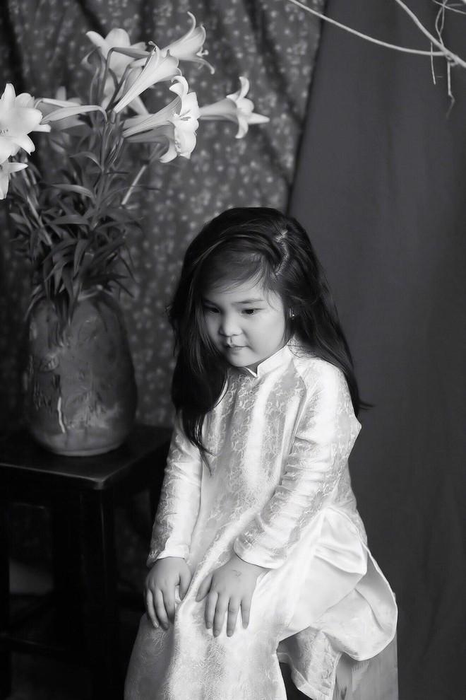 Đưa con gái đi chụp hình theo bức tranh nổi tiếng, mẹ khóc dở mếu dở khi nhìn sản phẩm - Ảnh 3.