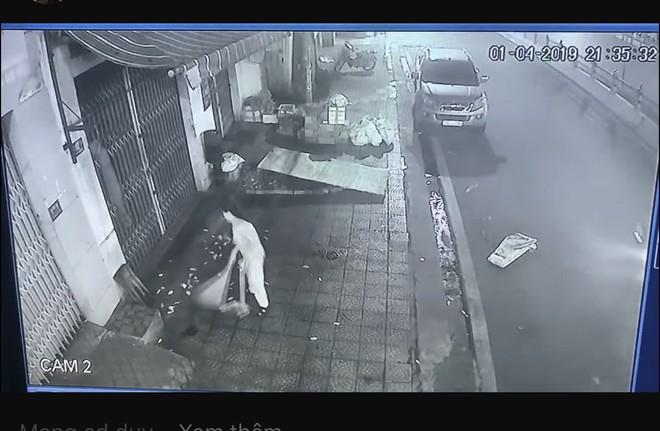 Bức xúc hàng xóm thường quét rác sang nhà, cô gái tung clip nhờ dân mạng mách nước - Ảnh 2.