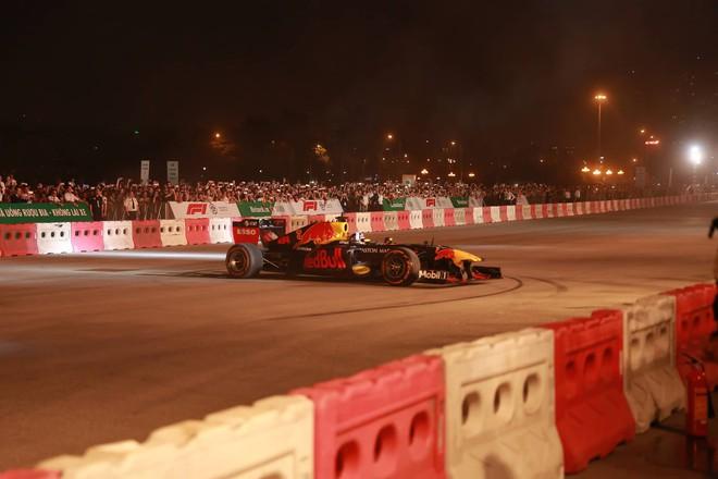 Xe đua F1 lao qua như cơn gió trước khu vực sân vận động Mỹ Đình, ngàn người phấn khích hò reo - ảnh 1