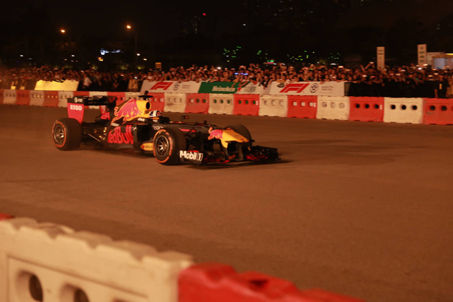 Xe đua F1 lao qua như cơn gió trước khu vực sân vận động Mỹ Đình, ngàn người phấn khích hò reo - ảnh 3