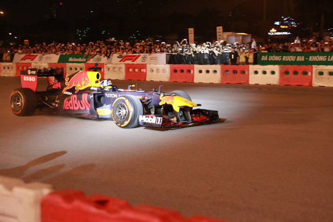 Xe đua F1 lao qua như cơn gió trước khu vực sân vận động Mỹ Đình, ngàn người phấn khích hò reo - ảnh 7