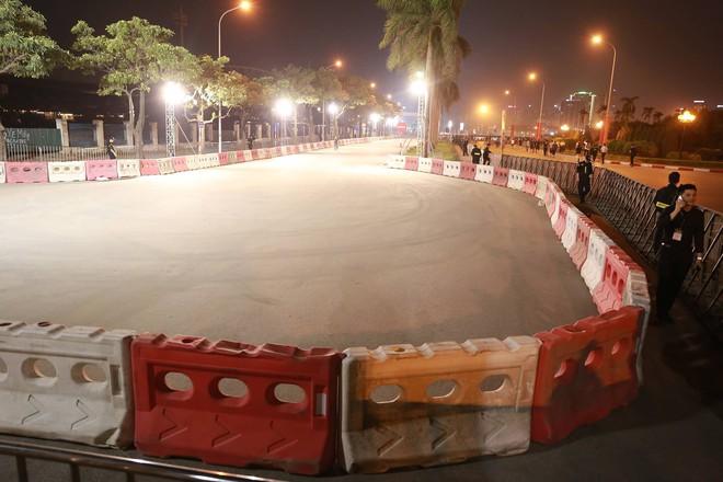 Hình ảnh nóng từ nơi diễn ra màn biểu diễn đua xe F1 tại Hà Nội - Ảnh 1.