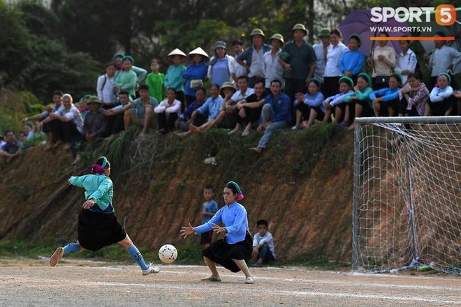 Cánh đàn ông địu con ngắm chị em mặc váy, xỏ giày biểu diễn bóng đá kỹ thuật chẳng kém Quang Hải - Ảnh 11.
