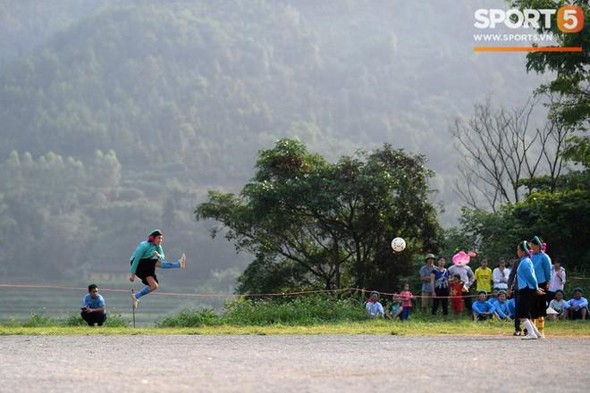 Cánh đàn ông địu con ngắm chị em mặc váy, xỏ giày biểu diễn bóng đá kỹ thuật chẳng kém Quang Hải - Ảnh 12.