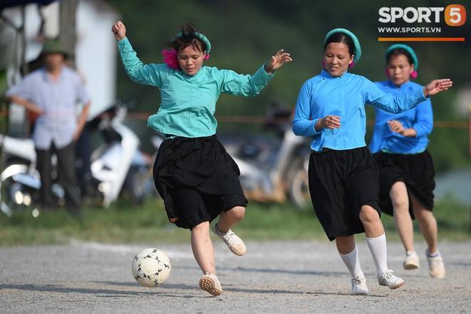 Cánh đàn ông địu con ngắm chị em mặc váy, xỏ giày biểu diễn bóng đá kỹ thuật chẳng kém Quang Hải - Ảnh 21.