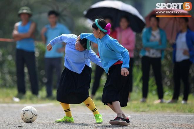 Cánh đàn ông địu con ngắm chị em mặc váy, xỏ giày biểu diễn bóng đá kỹ thuật chẳng kém Quang Hải - Ảnh 27.