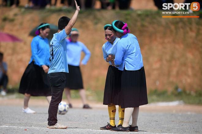 Cánh đàn ông địu con ngắm chị em mặc váy, xỏ giày biểu diễn bóng đá kỹ thuật chẳng kém Quang Hải - Ảnh 28.