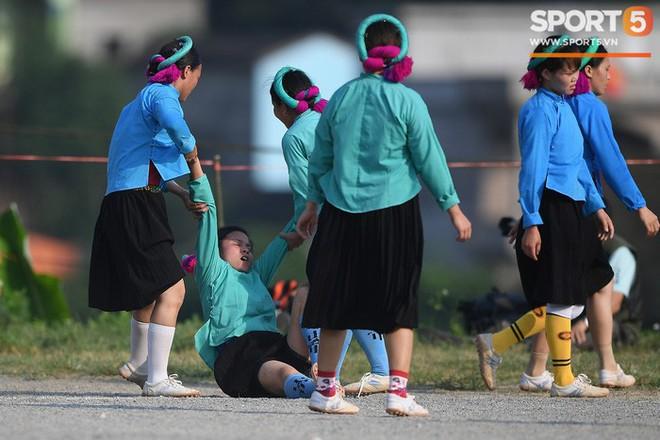 Cánh đàn ông địu con ngắm chị em mặc váy, xỏ giày biểu diễn bóng đá kỹ thuật chẳng kém Quang Hải - Ảnh 29.