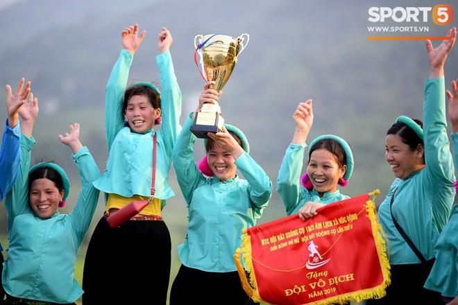 Cánh đàn ông địu con ngắm chị em mặc váy, xỏ giày biểu diễn bóng đá kỹ thuật chẳng kém Quang Hải - Ảnh 33.