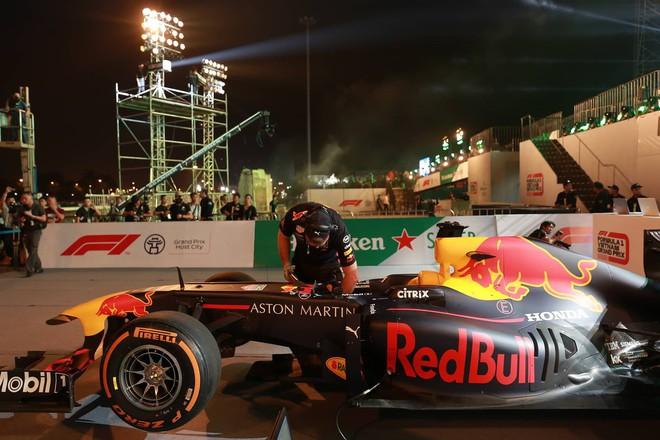 Hình ảnh nóng từ nơi diễn ra màn biểu diễn đua xe F1 tại Hà Nội - Ảnh 7.